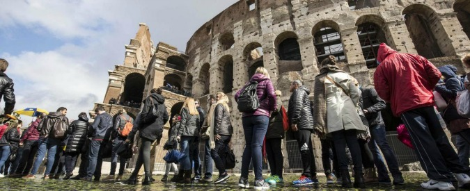 Roma, turista incide sul Colosseo i nomi della moglie e della figlia: denunciato