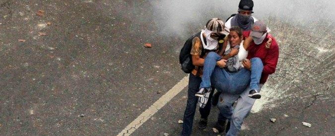 """Venezuela, proteste contro il governo: """"14enne ucciso dai gruppi paramilitari di Maduro"""""""