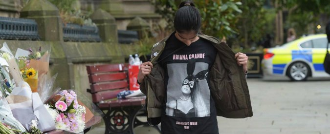 """Manchester, Ariana Grande cancella le date del tour. Secondo i fan su Twitter """"potrebbe pagare i funerali delle vittime"""""""