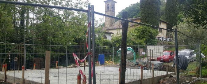 """Don Milani, arriva il Papa: colata di cemento per i bagni a Barbiana. La Fondazione protesta: """"E' uno scempio"""""""