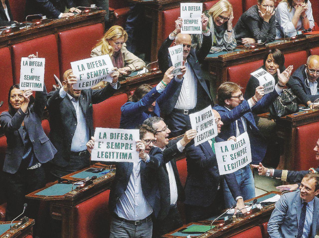 Sul Fatto del 6 maggio – Legittima difesa, Renzi si rimangia la legge e cerca i voti di B.