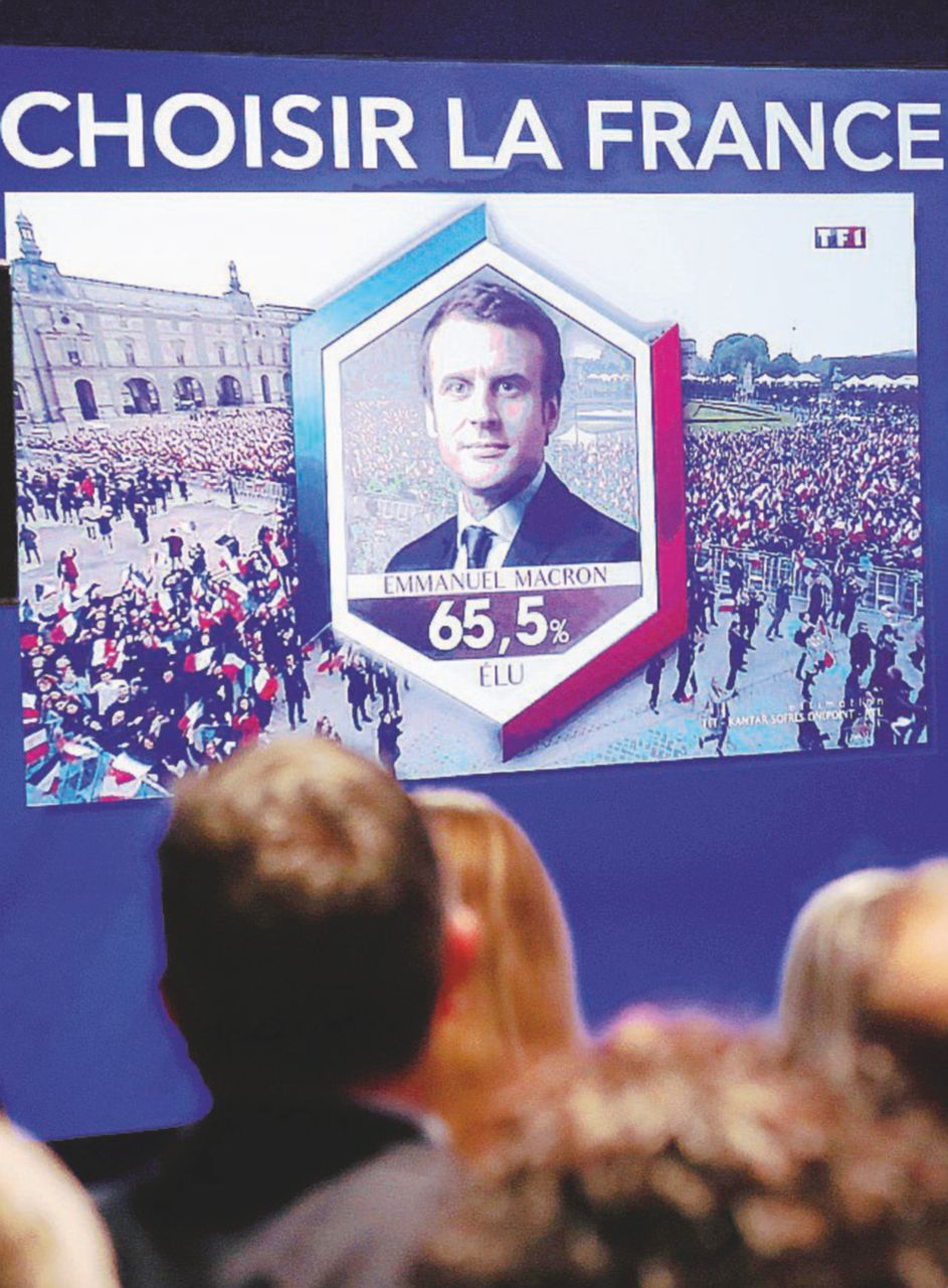 In Edicola sul Fatto Quotidiano del 8 maggio: Emmanuel Macron è il nuovo (e più giovane) presidente francese