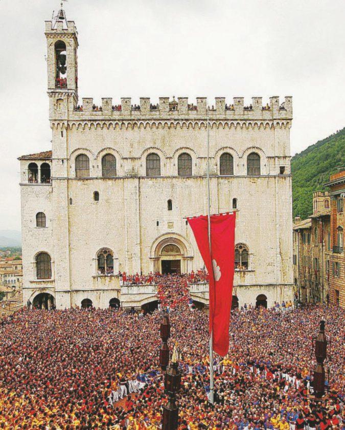 I Ceri, le tavole, i palazzi patrizi: il sogno di Gubbio (nonostante Trenitalia)