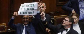 """Legittima difesa, ok della Camera: licenza di sparare di notte. Ecco cosa prevede la legge. Show di Salvini (""""espulso"""")"""