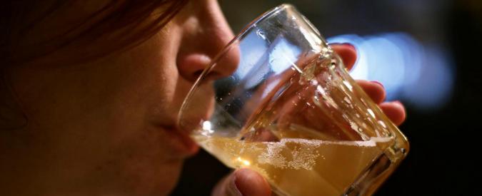 Grecia, turista 22enne beve cocktail con metanolo: perde la vista ed è costretta alla dialisi