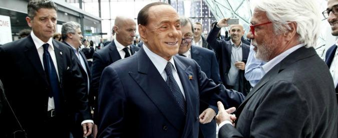 """Berlusconi e l'ironia dei vecchi tempi: """"Macron? Un bel ragazzo con una bella mamma che se lo porta sottobraccio"""""""