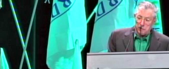 """Lega, Bossi contestato dalla platea al congresso: lui si interrompe e se ne va. Salvini: """"Io accetto i suoi vaffanculo"""""""