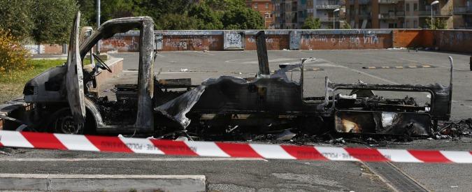 Incendio camper a Roma, c'è un sospettato: si cerca tra i campi rom. E spunta la pista degli spacciatori di zona
