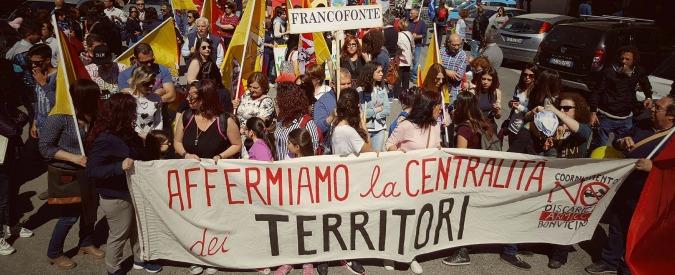 """Sicilia, a Lentini corteo contro la discarica di Armicci: """"Ne traggono vantaggio solo le società private di rifiuti"""""""