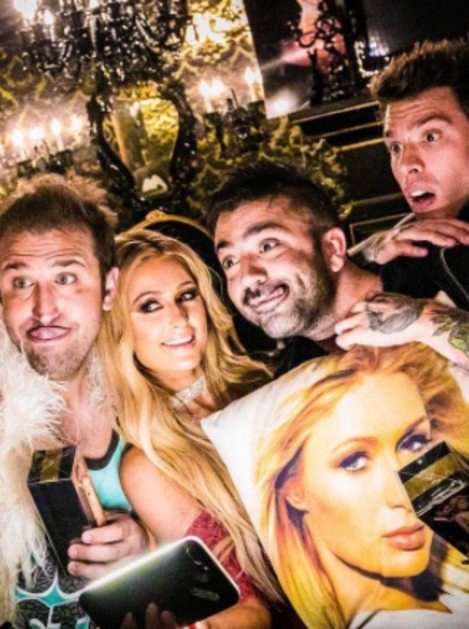 """Fedez e J-Ax, ecco il video di """"Senza Pagare"""" con Pio e Amedeo, Chiara Ferragni e Paris Hilton"""