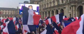 Elezioni Francia, esplode la festa davanti al Louvre. Marsigliese e bandiere per Macron