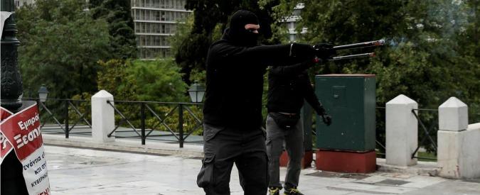 Grecia, nel paese stremato dall'austerity escalation di violenza: buste bomba e scontri tra incappucciati e polizia