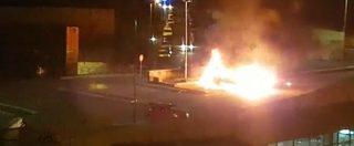 Roma, camper a fuoco: le immagini del rogo e dei pompieri in azione