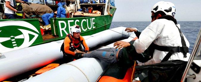 """Migranti, naufragio nel Mediterraneo: 8 morti e 50 dispersi. Marina libica contro ong. Lega e M5s: """"Avevamo ragione"""""""