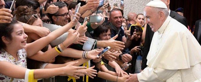 """Bergoglio contro la """"superbomba"""" di Trump. E attacca il dibattito tv Macron-Le Pen"""