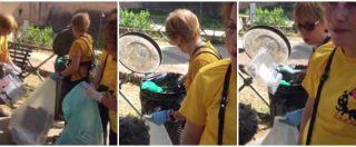 Roma, i volontari Pd in maglia gialla pescano i rifiuti dal cestino di Castel Sant'Angelo