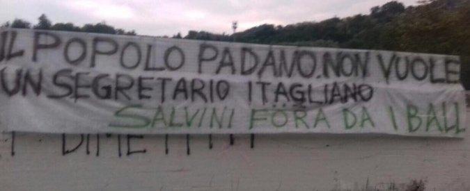 """Lega, striscione sul prato di Pontida: """"Il popolo padano non vuole un segretario itagliano: Salvini föra da i ball"""""""