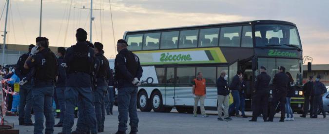 """Terrorismo, fermati due siriani a Pozzallo: """"Nei cellulari immagini di kamikaze con cinture esplosive"""""""