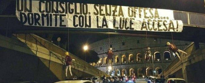 """Roma, manichini dei calciatori giallorossi impiccati davanti al Colosseo. Ultrà della Lazio rivendicano. Club: """"Solo goliardia"""""""