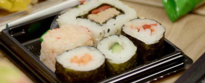 """Sushi, l'allarme dei medici: """"Sempre più persone colpite dal parassita Anisakis"""""""