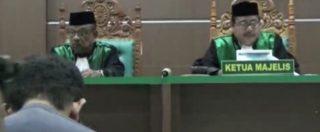 Indonesia, nella giornata dell'orgoglio gay tribunale condanna coppia omosessuale a 85 frustate