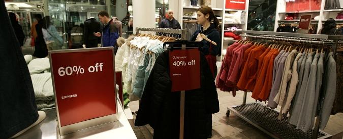 """Sondaggio Greenpeace, un italiano su due compra vestiti che non utilizzerà mai. """"Si fa shopping per combattere lo stress"""""""