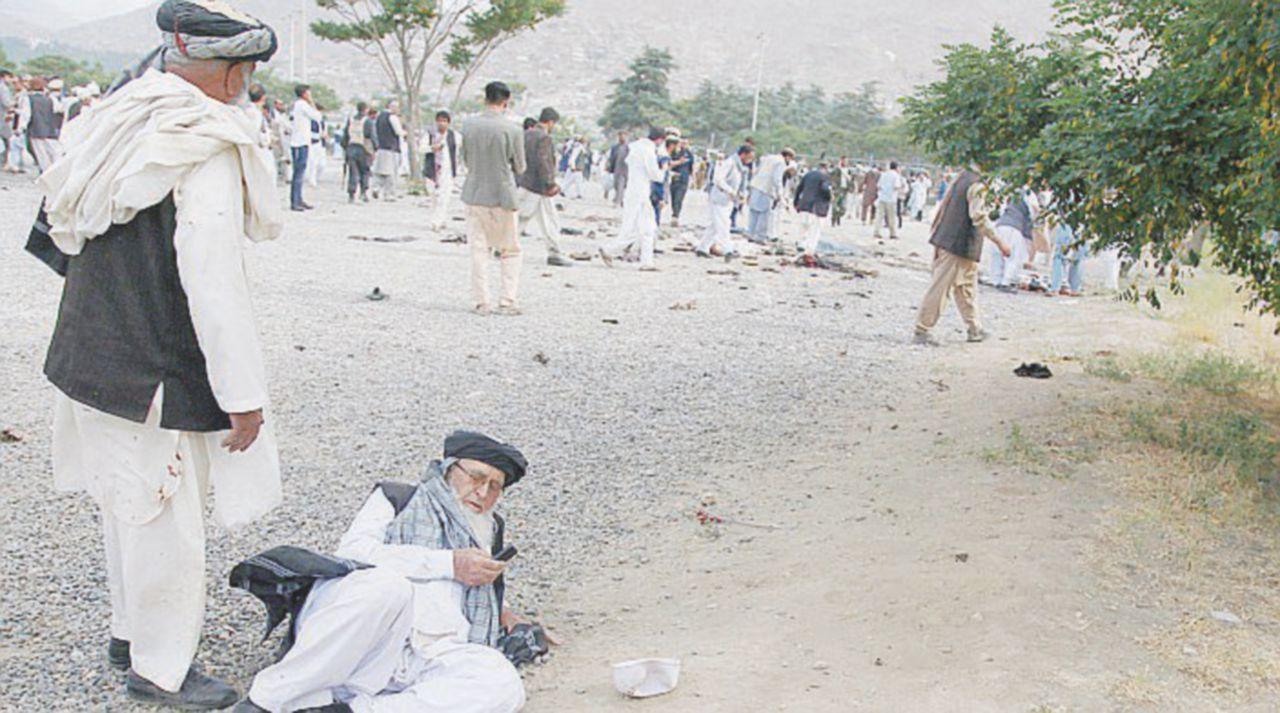 Kamikaze al funerale: a Kabul 20 morti, 87 feriti e il premier scampato