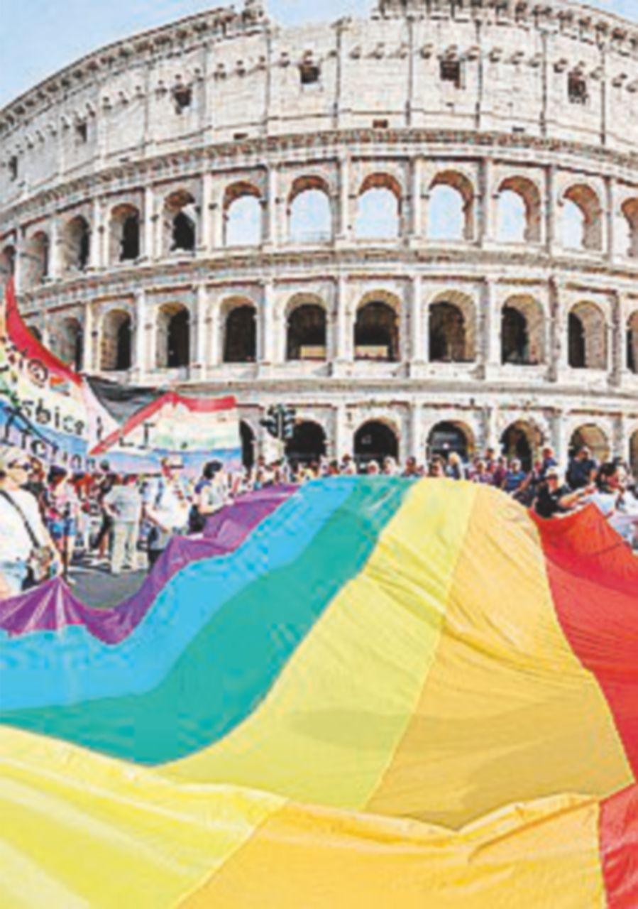 Una festa colorata a Roma per la lunga sfilata del Gay Pryde