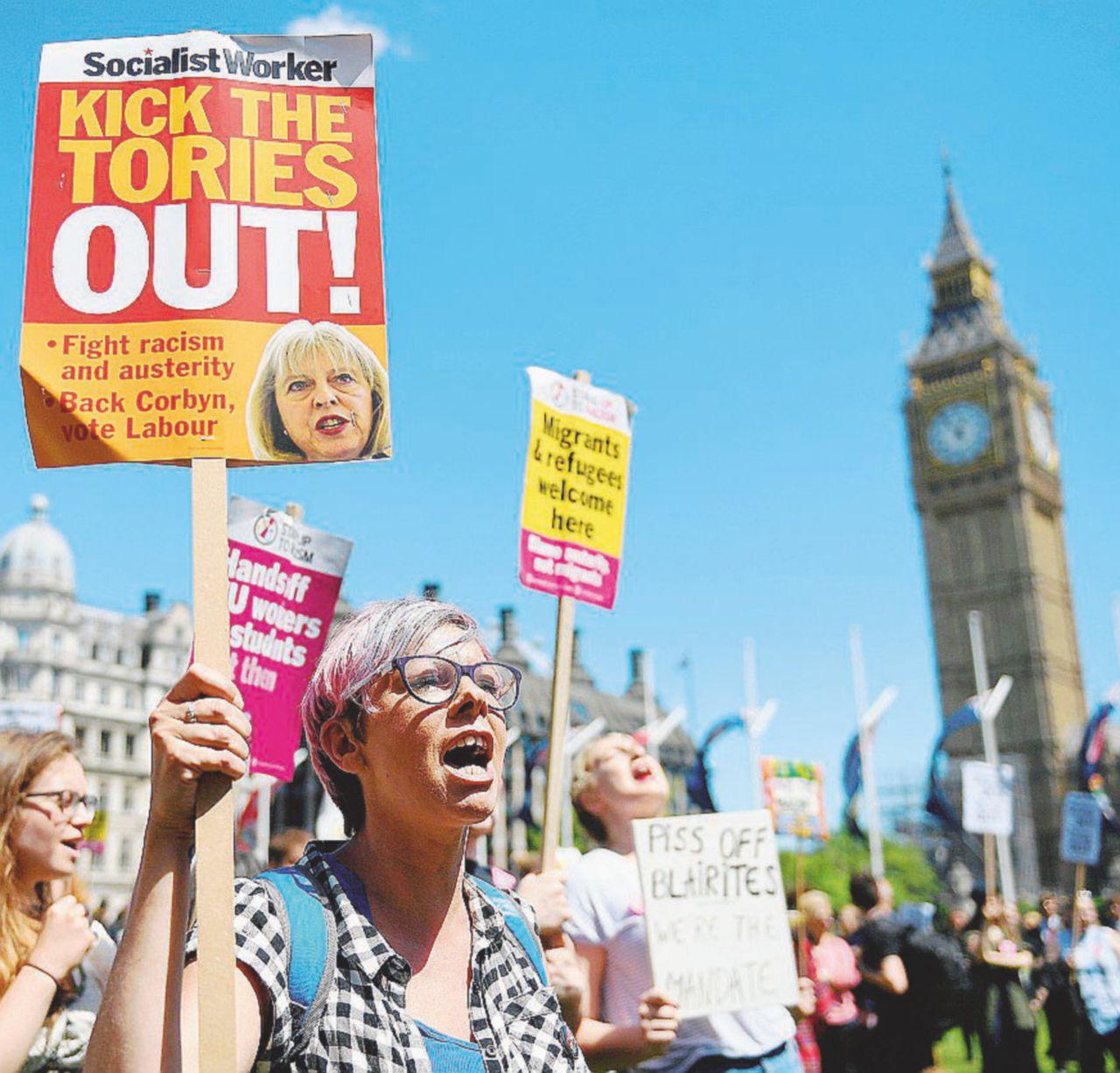 I Tories fanno a cornate, May scarica i due consiglieri