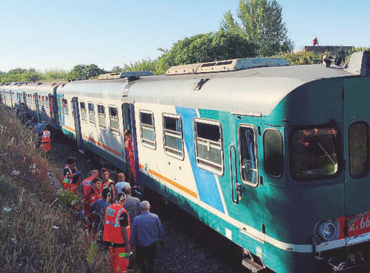 Salento, l'inferno dei treni tra scontri, ritardi e spazzatura nei vagoni