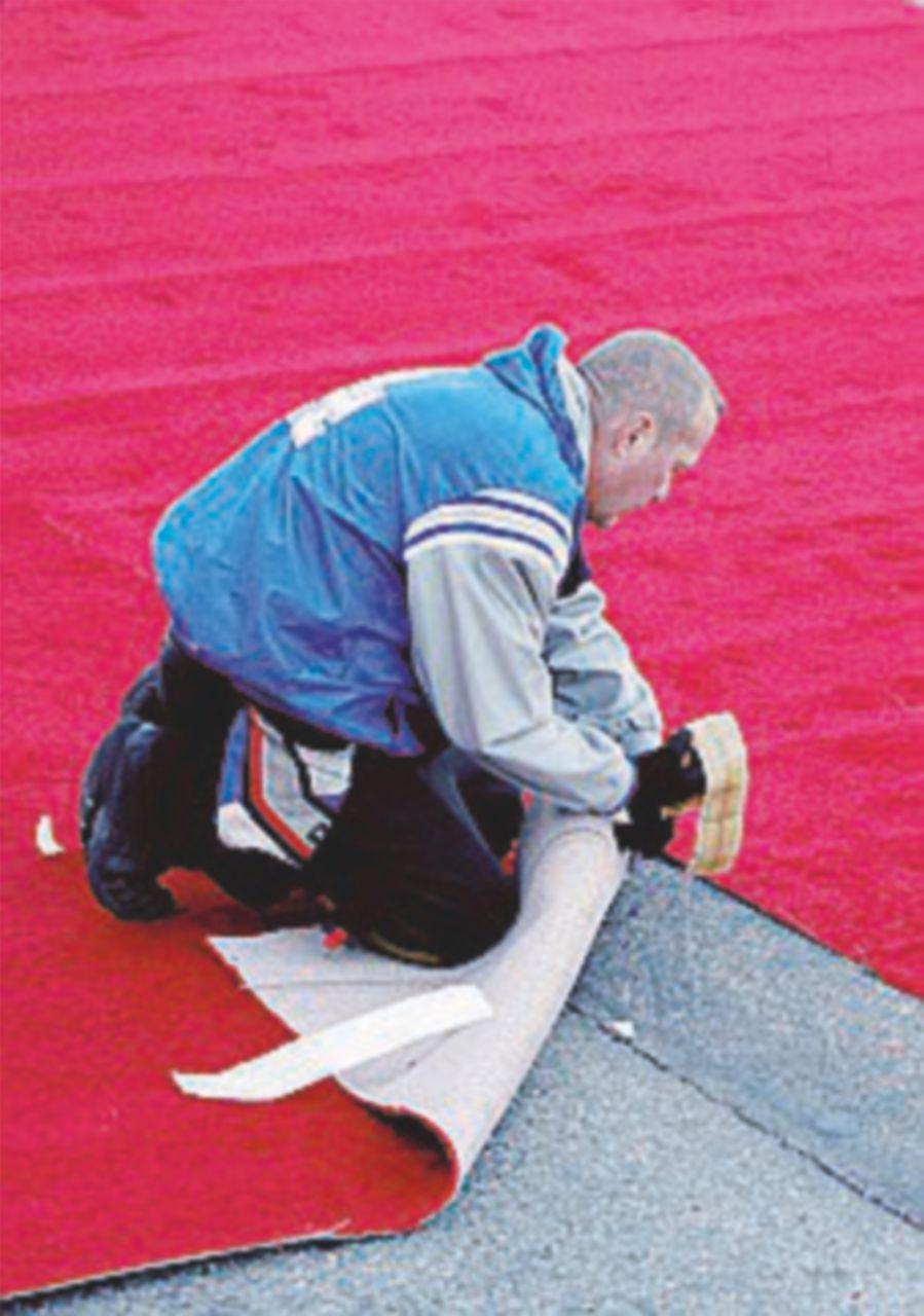"""Il M5S: """"Toti ha speso 30 mila euro per il red carpet"""""""