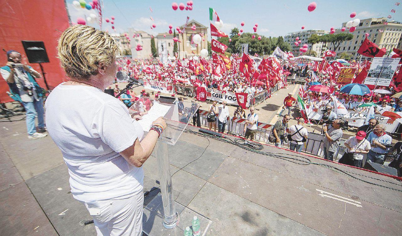 """La piazza anti-voucher: """"Ci avete preso in giro"""""""