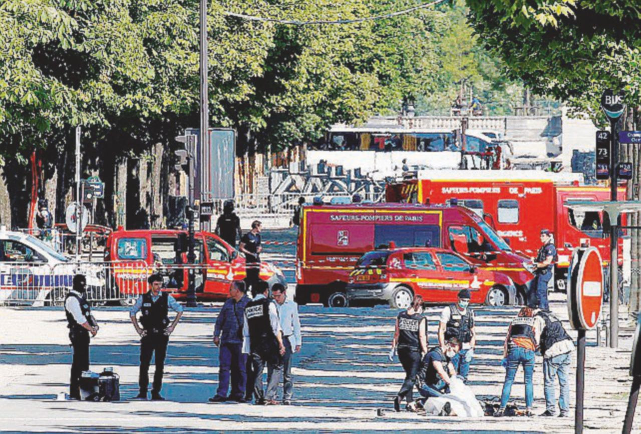 Parigi, il solito noto prende di mira la polizia