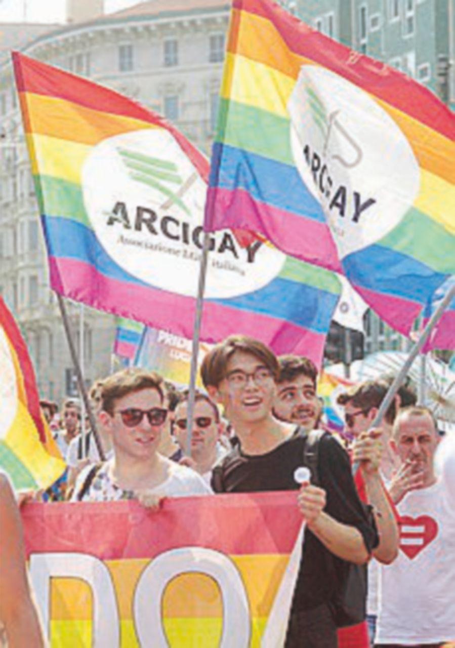 A Napoli e Milano in migliaia ai Pride: Sala in testa al corteo