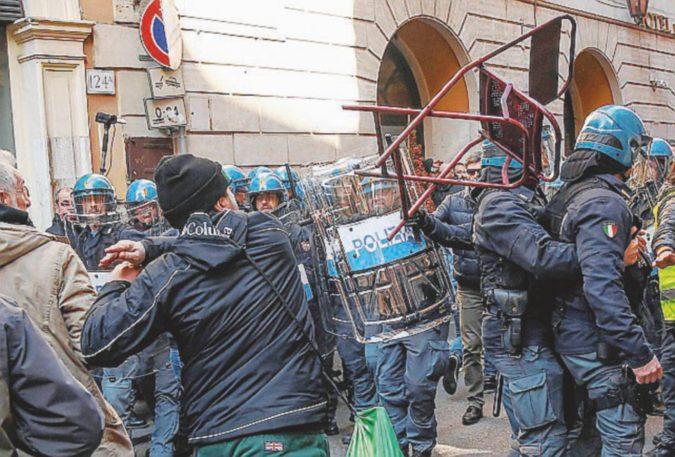"""""""Contro rom e stranieri, le case agli italiani"""". I fascisti nelle periferie"""