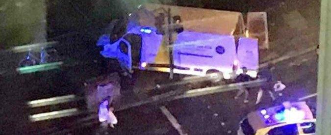 Londra, torna il terrore: furgone travolge i passanti sul London Bridge, attacchi in altre 2 zone. 6 morti
