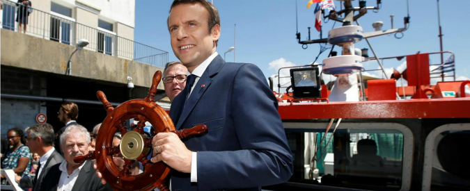 """Francia, gaffe di Macron: """"Barchetta, buona per migranti"""". Polemiche: """"Rivolta se l'avesse detto Sarkozy"""""""