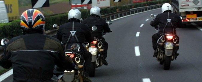 """Torino, dimentica la moglie in un'area di sosta. Se ne accorge dopo 40 km in moto: """"Aiutatemi, deve essere caduta"""""""