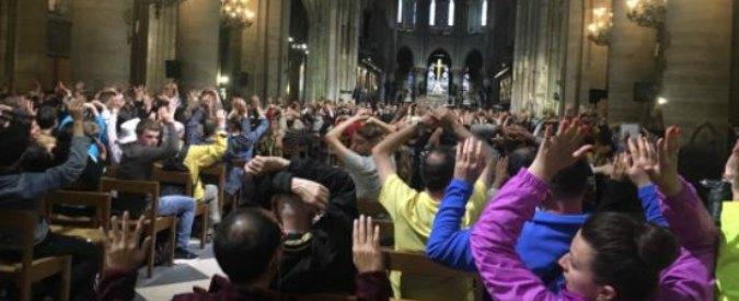 """Parigi, aggressione a colpi di martello davanti a Notre Dame: feriti un poliziotto e l'assalitore. Ha urlato: """"È per la Siria"""""""