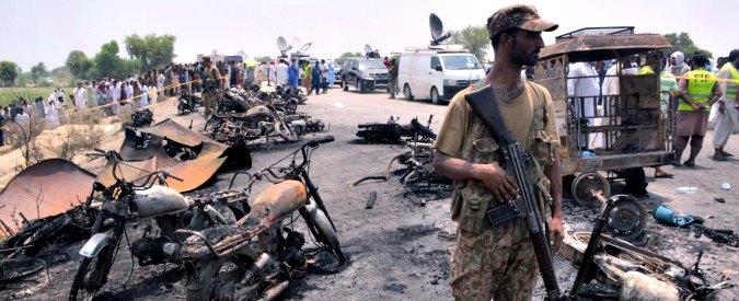 Pakistan, esplode autocisterna piena di benzina: almeno 140 persone arse vive
