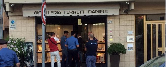 Pisa, gioielliere reagisce a furto e spara: muore un rapinatore. Presunto complice in fuga