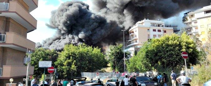 Roma, maxi-incendio in via Battistini: colonna di fumo nero e traffico in tilt. Tre palazzi evacuati, ansia tra i residenti