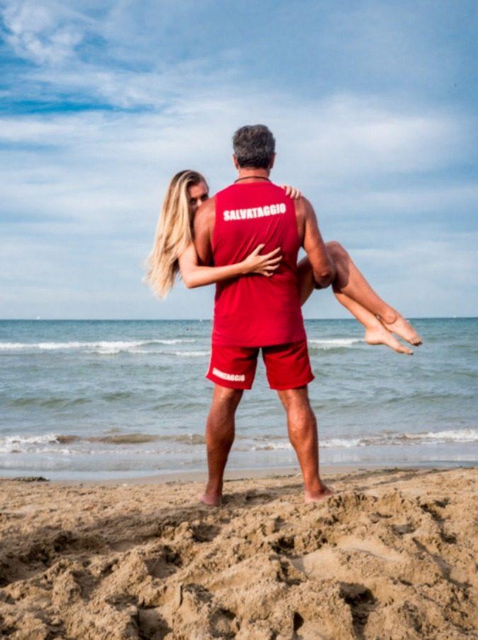 """Bagnini e bagnanti, i latin lover delle spiagge italiane protagonisti di un documentario: """"Ma oggi i giovani bagnini cuccano su Tinder"""""""