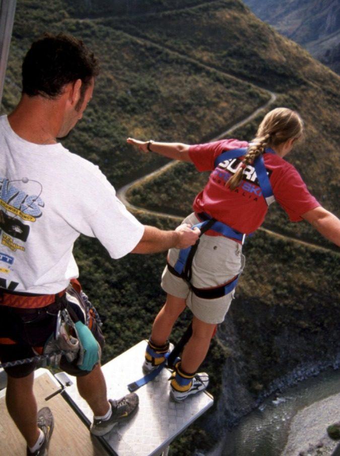 "Muore facendo bungee jumping a 17 anni: l'istruttore dice ""no jump"" in un inglese stentato, lei capisce ""now jump"""