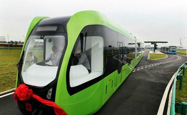 Cina, il tram del futuro non ha rotaie ma segue le strisce di vernice. Ed è elettrico – FOTO e VIDEO
