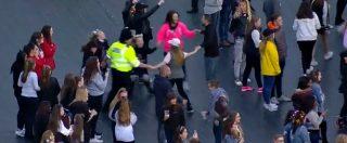 One Love Manchester, poliziotto danza insieme ai bambini. Il video del girotondo è virale