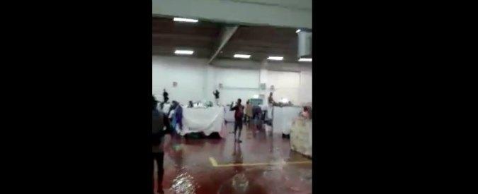 Bolzano, 300 migranti in ex supermercato senza finestre. Piove dentro e Provincia paga 39mila euro d'affitto al mese