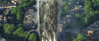 Londra, quel che rimane del grattacielo dopo le fiamme: lo scheletro della Grenfell Tower avvolto da una nuvola di fumo