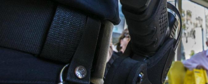 """Roma, vigilante ucciso a casa da un colpo della pistola del collega. Lui si difende: """"Un incidente mentre pulivo l'arma"""""""