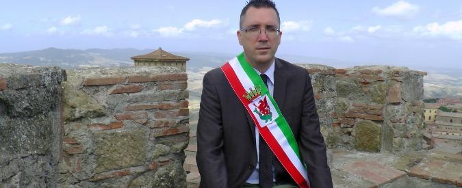 """Sanità, nuovi tagli della Regione Toscana all'ospedale di Volterra. Il sindaco sale sulla torre: """"Resto qui a oltranza"""""""